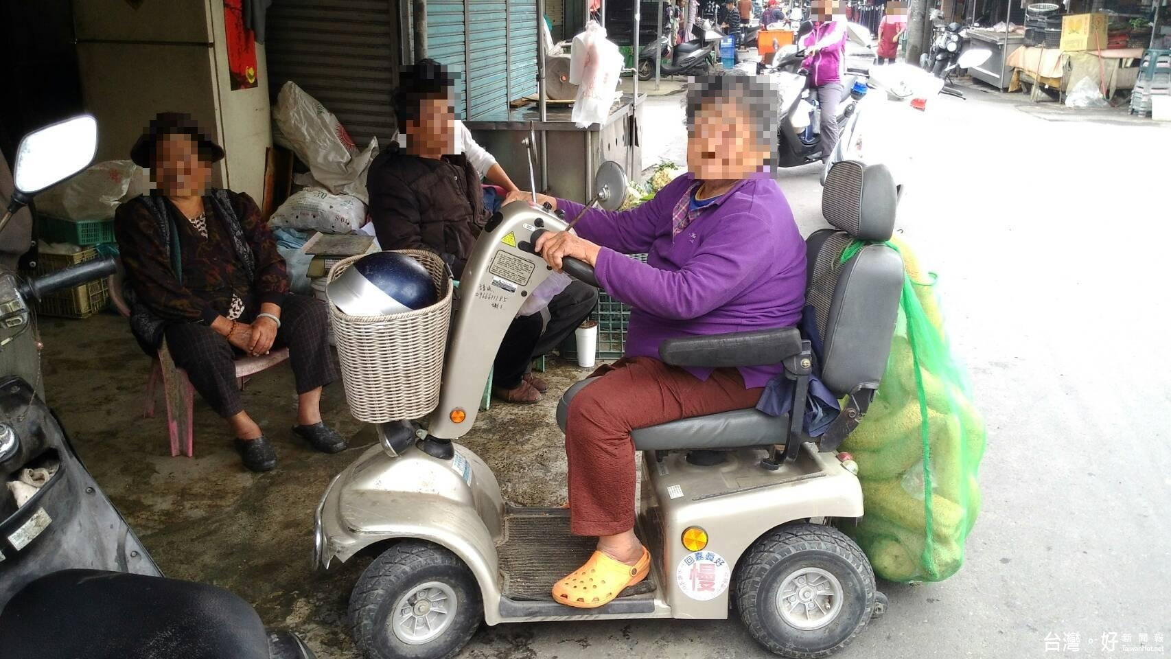 失智婦騎乘電動四輪車迷路 警方成功聯繫家屬