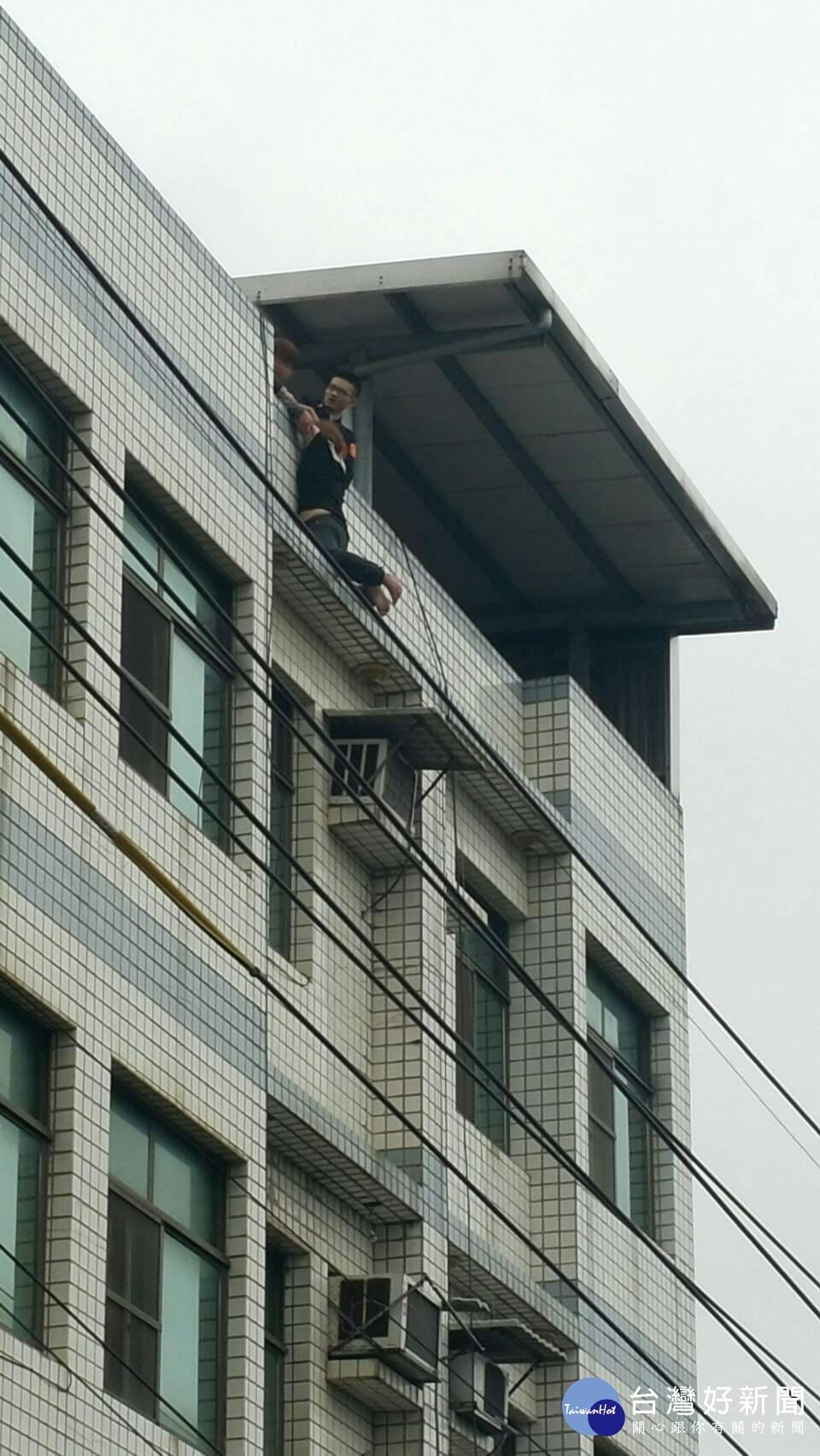 女子情傷跳樓尋短 員警及時救起挽回性命