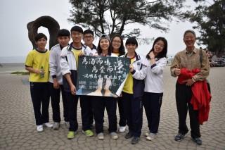 港明高中校長劉麟麟(右一為愛而淨、為海而鳴,帶領師生前往安平觀夕海灘淨灘。