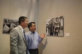 黃振彥鎮長欣賞利衛疆老師以戲台作品展現升斗小民生活的片段。