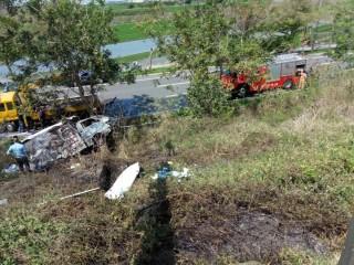 中山高南下溪州路段傳出火燒車 小貨車疑爆胎自撞護欄冒出火團燃燒