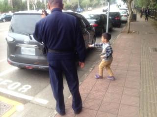 「我坐這台車來的!」 警陪走失孩童找到媽媽