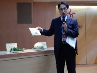衛生局副局長許朝程指抽驗發現有2件香菜及1件高麗菜檢出農藥殘留超標。(圖/記者黃村杉攝)