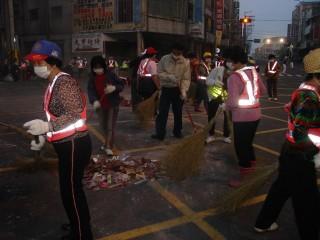大甲媽祖起駕遶境,遺留龐大垃圾,環保志工二十五日一大早展清掃 ,一個多小時即恢復舊觀。(記者陳榮昌攝)