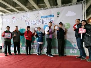 青年事務局局長陳家濬與貴賓們一同手持青年服務六大面向象徵青年志工服務多元
