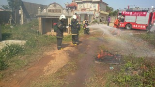 消防對進行墓地現場搶救演練,場面逼真,隊員動作熟練,務期災害層面減到最低。