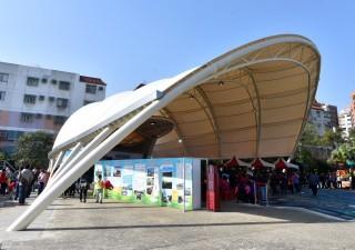 中壢區莊敬廣場3D彩繪暨藝術天幕27日上午舉行啟用典禮。