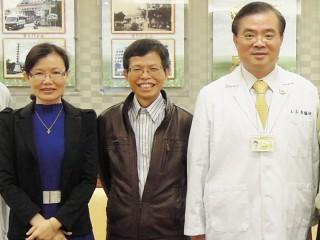 院長王志龍(右)肯定社工室林金源主任(中)、陳珮沄社工師(右) 敬業能力。