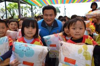 灌輸孩童防災觀念 兒童節張錦昆贈每人1份多功能防災頭套