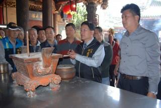 南瑤宮笨港進香主委邱建富手持南瑤宮和新港奉天宮會過香的香灰進行合爐儀式。