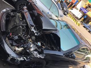 犯嫌駕車失控自撞於楊梅交流道北上匝道口,車體嚴重毀損。