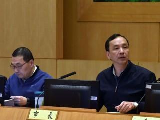 朱立倫主持市政會議受訪表示,希望秉持市民的立場,不要有政治立場考量。(圖/記者黃村杉攝)
