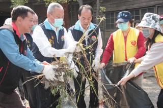 縣長親自加入青創基地的環境清潔維護工作。(記者許素蘭/攝)