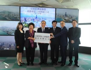 高雄市政府與臺灣港務公司共同出資成立「高雄港區土地開發公司」並簽署加入「亞洲新灣區聯盟」,行政院長林全也一同見證高雄翻轉。(記者潘姿瑛攝)