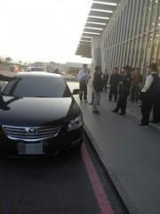 法務部行政執行署桃園分署執行人員會同航空警察局航警強力出擊,掃蕩桃園機場「機場黃牛」。