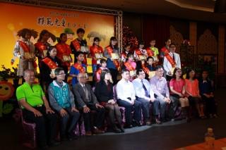 157名來自各學校同學接受表揚。(記者扶小萍攝)