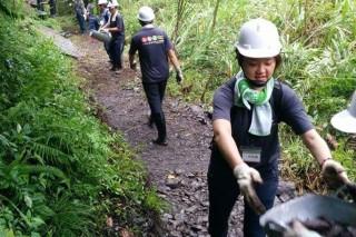 太平山手作步道工作假期的學員,同心協力手作懷古小徑。(圖/羅東林管處提供)