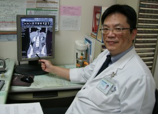 腹痛成因複雜,醫師籲勿亂服成藥誤病情。(醫院提供)