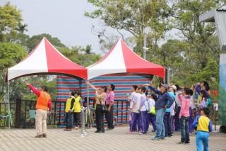 南投市國小學童於清明前後分梯參與賞鷹活動永興社區志工導覽。