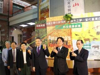 展覽揭幕:左起畫家陳輝東、廖振富館長、丁曉菁次長、梅健華處長、賴清德市長、曾貴海醫師。
