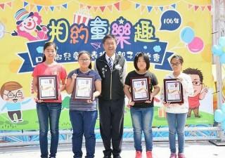 口湖公所舉辦「相約童樂趣」兒童節表揚暨親子同樂會,鄉長林哲凌表揚模範兒童並與親子同樂。(記者陳昭宗拍攝)