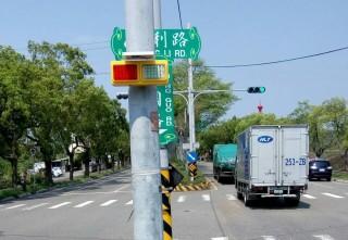苗栗警分局購置LED太陽能警示燈維護用路人的行車安全。(苗栗警分局提供)