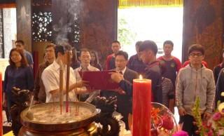 北港農工242名學生透過「廟宇文化走讀」,向文昌夫子祈福,獲致心理的安定,並取得更好的成績。(記者陳昭宗拍攝)