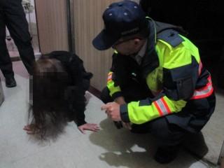 女子酒醉倒臥店家內  熱心警協助返家