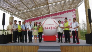 鄭文燦市長及貴賓拉下氣球,象徵客家工藝館開幕倒數計時。
