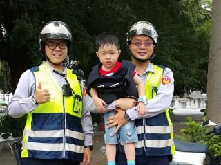 慈父載幼兒巡邏 未來主人翁立志從警