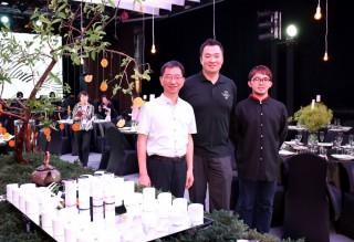 為推廣日月潭紅茶,魚池鄉長陳錦倫(左起)與農會總幹事王威文、紅茶達人王朝偉帶著「日月潭紅茶」前進「2017台灣文博會」。