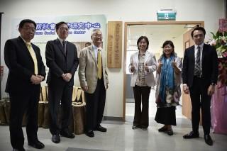 長榮大學是首間設立「尤努斯社會企業研究中心」的大學,為教育學生成為推廣社會企業理念的種子,培育台灣社會企業人才的重要推手團隊。