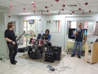 縣議員李文斌邀鐵樂團熱血演唱為愛發聲。(記者許素蘭/攝)