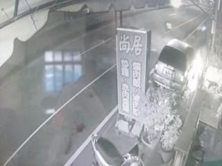 監視器拍到車子起火。(圖/林重鎣攝)