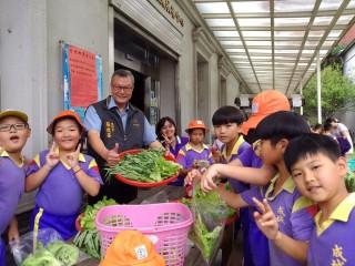 成城國小四健會員學會種菜,他們也以滿足的笑容分享蔬菜收成的喜悅。〈記者吳素珍攝〉