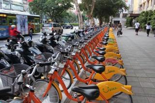 交通部訂出的「自行車租賃定型化契約」,即起公告上路。其中使用者可享有5分鐘「鑑賞期」,檢查自行車況,若有問題租賃業者不得收費,業者違反規定將可罰3萬到30萬元。(圖/Flickr Chi-Hung Lin)