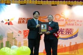 臺南市長賴清德表揚模範勞 工。(圖/臺南市政府)