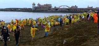 2500名熱心志工一同清理桃園的海岸。