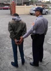 男子因持有一級毒品海洛因、安非他命吸食器等工具及針筒,遭警方逮捕送辦。(記者陳昭宗拍攝)