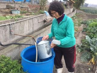 台中市府環保局輔導畜牧沼渣沼液入田施肥,不要排入河川中,減少水源受到汙染。