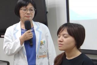 奇美醫學中心精神科臨床心理師徐溫嬬指導正念治療的小小練習三次呼吸。