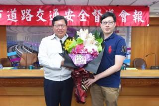 桃園市議員王浩宇送上鮮花,為因爭取桃園建設預算而受傷的鄭文燦市長打氣鼓勵。