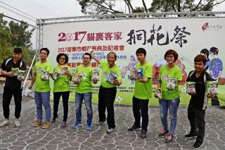 貓裏客家桐花祭昨起跑,市公所送「乖乖」造句包。(記者許素蘭/攝)