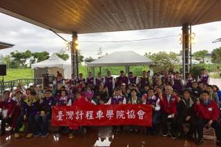 臺灣計程車學院協會的親善司機們,陪伴弱勢家庭遊綠博。(圖/宜蘭縣政府提供)