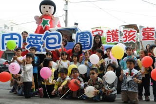 建議政府將428「Yes 兒保」訂為兒保日,北台南家扶結合新營高工熱舞社同學,透過活力四色兒保操宣導民眾記得快樂親子五步驟-「不、閉、打、小、孩」。