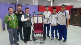榮獲科展特優作品智慧安全輪椅製作同學,指導老師與劉丙燈校長合影。