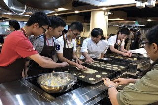 林護中學生在長榮大學體驗「杏仁瓦片」製作課程。