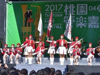 忠信學校山前女子槍隊的精彩演出,為「2017桃園管樂嘉年華」揭開序幕。
