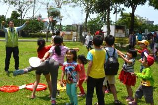 孩子王的立委黃偉哲和一群小朋友、大朋友的家長們玩起吹泡泡遊戲。(圖/記者黃芳祿攝)