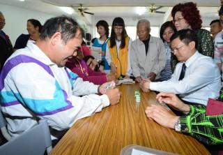 線西復古桌遊,縣長魏明谷和老人家一起同樂